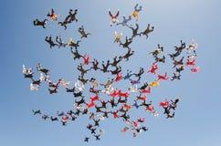 Faire un saut en chute libre la grande vue d'angle faible de formation de groupe Image stock