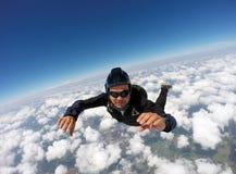 Faire un saut en chute libre le jour tandem de nuage photo libre de droits