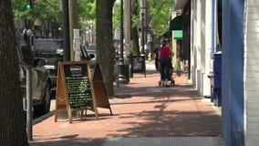 Faire un tour le long de la rue principale (5 de 9) banque de vidéos