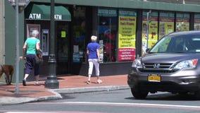 Faire un tour le long de la rue principale (2 de 9) banque de vidéos