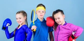 Faire une pause s?ance d'entra?nement de petites filles boxeur et gar?on dans les v?tements de sport E photo libre de droits
