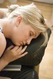 Faire une sieste tout en regardant la TV Images libres de droits