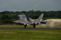 FAIRFORD, ВЕЛИКОБРИТАНИЯ - 10-ОЕ ИЮЛЯ: Воздушное судно хищника F-22A участвует в королевском международном событии 10-ое июля 201 Стоковые Фото