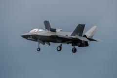 FAIRFORD, GROSSBRITANNIEN - 10. JULI: F-35B Flugzeug nimmt am königlichen internationalen Luft-Tätowierungs-Flugschauereignis am  Stockbilder