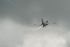 FAIRFORD, GROSSBRITANNIEN - 10. JULI: F-16C Flugzeug nimmt am königlichen internationalen Luft-Tätowierungs-Flugschauereignis am  Lizenzfreie Stockfotografie