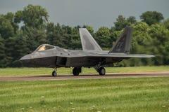 FAIRFORD, GROSSBRITANNIEN - 10. JULI: F-22A Raubvogel-Flugzeug nimmt am königlichen internationalen Luft-Tätowierungs-Flugschauer Lizenzfreie Stockfotografie