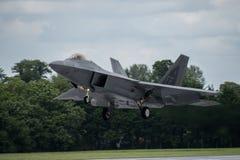 FAIRFORD, HET UK - 10 JULI: F-22A het roofvogelvliegtuig neemt aan de Koninklijke Internationale Lucht van de Luchttatoegering to Royalty-vrije Stock Afbeeldingen
