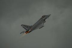 FAIRFORD, HET UK - 10 JULI: Het tyfoonvliegtuig neemt aan de Koninklijke Internationale Lucht van de Luchttatoegering toont deel  Stock Afbeelding