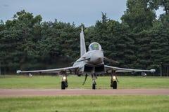 FAIRFORD, HET UK - 10 JULI: Het tyfoonvliegtuig neemt aan de Koninklijke Internationale Lucht van de Luchttatoegering toont deel  Royalty-vrije Stock Foto's