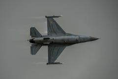 FAIRFORD, R-U - 10 JUILLET : L'avion de F-16C participe à l'événement international royal de salon de l'aéronautique de tatouage  Photos libres de droits
