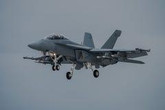 FAIRFORD, REINO UNIDO - 10 DE JULIO: El avión del avispón de F-18F participa en aire tatuaje salón aeronáutico evento el 10 de ju Fotografía de archivo