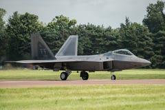 FAIRFORD, REINO UNIDO - 10 DE JULIO: El avión del rapaz de F-22A participa en aire tatuaje salón aeronáutico evento el 10 de juli Imagen de archivo libre de regalías