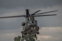 FAIRFORD, REINO UNIDO - 10 DE JULIO: El helicóptero de Chinook participa en aire tatuaje salón aeronáutico evento el 10 de julio  Foto de archivo libre de regalías