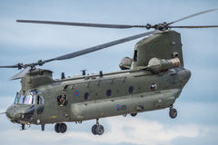 FAIRFORD, REINO UNIDO - 10 DE JULIO: El helicóptero de Chinook participa en aire tatuaje salón aeronáutico evento el 10 de julio  Imágenes de archivo libres de regalías