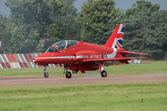 FAIRFORD, UK - 10 ΙΟΥΛΊΟΥ: Το κόκκινο αεροσκάφος βελών συμμετέχει στο βασιλικό διεθνή αέρα δερματοστιξιών αέρα παρουσιάζει γεγονό Στοκ εικόνες με δικαίωμα ελεύθερης χρήσης