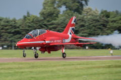 FAIRFORD, UK - 10 ΙΟΥΛΊΟΥ: Το κόκκινο αεροσκάφος βελών συμμετέχει στο βασιλικό διεθνή αέρα δερματοστιξιών αέρα παρουσιάζει γεγονό Στοκ Εικόνα