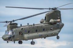 FAIRFORD UK - JULI 10: Den Chinook helikoptern deltar i den kungliga internationella händelsen Juli 10, 2016 för lufttatueringfly Royaltyfria Bilder