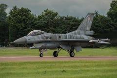 FAIRFORD UK - JULI 10: F--16Cflygplan deltar i den kungliga internationella händelsen Juli 10, 2016 för lufttatueringflygshowen Royaltyfri Fotografi