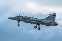 FAIRFORD UK - JULI 10: Flygplan för JAS-39C Gripen deltar i den kungliga internationella händelsen Juli 10, 2016 för lufttatuerin Arkivbild