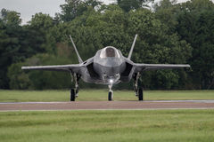 FAIRFORD UK - JULI 10: Flygplan F-35 deltar i den kungliga internationella händelsen Juli 10, 2016 för lufttatueringflygshowen Royaltyfri Bild