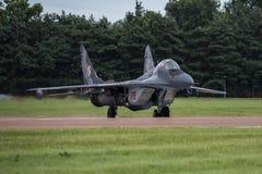 FAIRFORD UK - JULI 10: Flygplan MIG-29 deltar i den kungliga internationella händelsen Juli 10, 2016 för lufttatueringflygshowen Arkivfoton