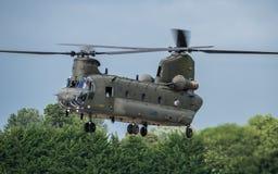 FAIRFORD, UK - LIPIEC 10: Chinook helikopter uczestniczy w Królewskim zawody międzynarodowi powietrza tatuażu pokazu lotniczego w Zdjęcie Stock