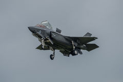 FAIRFORD, UK - LIPIEC 10: F-35B samolot uczestniczy w Królewskim zawody międzynarodowi powietrza tatuażu pokazu lotniczego wydarz Obrazy Stock