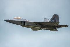 FAIRFORD, UK - LIPIEC 10: F-22A ptaka drapieżnego samolot uczestniczy w Królewskim zawody międzynarodowi powietrza tatuażu pokazu Zdjęcia Stock