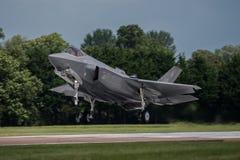 FAIRFORD, UK - LIPIEC 10: F-35A samolot uczestniczy w Królewskim zawody międzynarodowi powietrza tatuażu pokazu lotniczego wydarz Obraz Stock