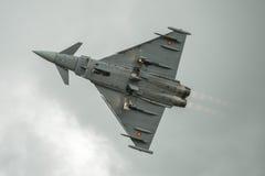 FAIRFORD, UK - LIPIEC 10: Tajfunu samolot uczestniczy w Królewskim zawody międzynarodowi powietrza tatuażu pokazu lotniczego wyda Zdjęcie Royalty Free