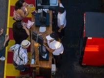 Fairgoers die en voedsel kopen selecteren uit de verkopers bij de La-Markt van de Provincie in Pomona Stock Fotografie