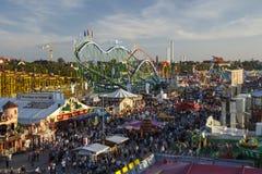 Fairgound de Oktoberfest em Munich, Alemanha, 2016 imagens de stock
