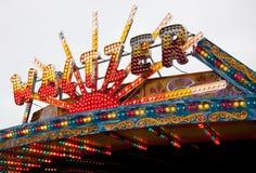fairground освещает waltzer знака Стоковое Изображение