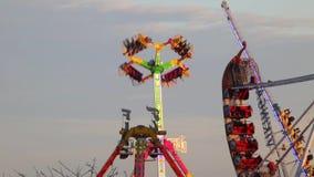 Fairground przyciągania przy zmierzchem (04) zbiory wideo