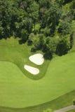 fairlway的高尔夫球和地堡的鸟瞰图 免版税库存照片