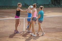 Fairplay slutmatch för dubbla kvinnor på internationell tennisturnering arkivbild