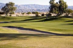 Fairway, armadilha de areia, campo de golfe fotos de stock royalty free