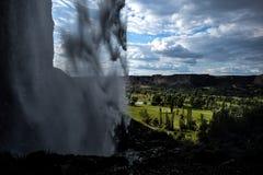 Fairway de terrain de golf par la cascade image libre de droits