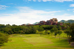 Fairway do campo de golfe no recurso tropical Foto de Stock Royalty Free