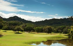 Fairway do campo de golfe no recurso tropical Fotos de Stock