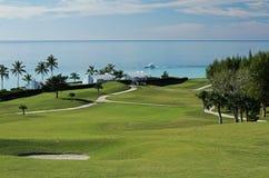 Fairway op een tropische golfcursus, met een mening van de oceaan Stock Foto's