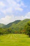 Fairway van een golfcursus naast de berg Stock Foto