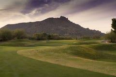 Fairway van mooie van de het golfcursus van Arizona de bergachtergrond Royalty-vrije Stock Foto's