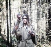 Fairy волшебник Знахарь с стеклянной сферой, волшебным произношением по буквам Стоковое фото RF