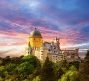 Fairy дворец против неба захода солнца/панорамы дворца в Sintra, Стоковое Фото