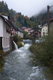 Fairy деревня: река, водопады, туман стоковое фото