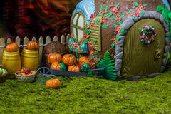 Fairy дом в лесе с ягодами и тыквами Стоковое Изображение RF