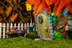 Fairy дом в лесе с ягодами и тыквами Стоковые Фото