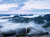 Fairy рассвет в красивом холмистом ландшафте Стоковая Фотография RF