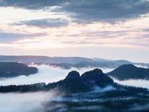 Fairy рассвет в красивом холмистом ландшафте Стоковые Фото